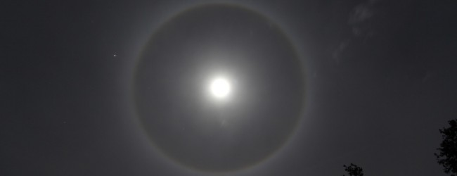 The small clouds dispersed for a clear picture of the halo moon and Jupiter to the left