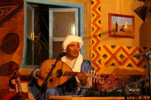 Belaid Laalili playing the eleven-string lute